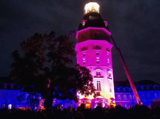 Ein halbes Jahr ist das Ende des Stadtgeburtstags nun schon wieder her. Und auch dieses Jahr wartet wieder ein toller Sommer auf Euch  #visitkarlsruhe #karlsruheschloss #karlsruhe #visitbawu #bwjetzt #placetobw #tbt #throwbackthursday #travelblog #travelgram #travel #schloss #castle #nightshot #ka300 #pink #colorful #night #darkness #amazing #love #happy #thursday #evening #instalike #picture #bestoftheday