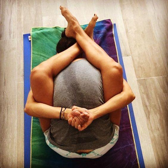 Suptakumarsaning  . #suptakurmasana  #yogaaroundtheworld  #ashtangayoga  #yoga  #ashtangalove  #ashtangamiami #primary series by emilia_ashtangayoga