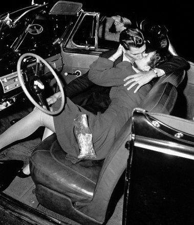 поцелуй в машине ретро