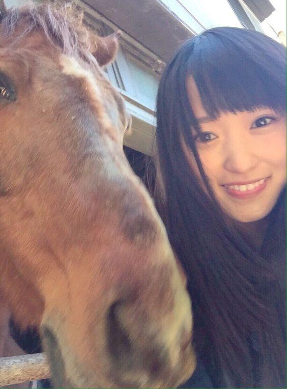 お馬と一緒の菅井友香