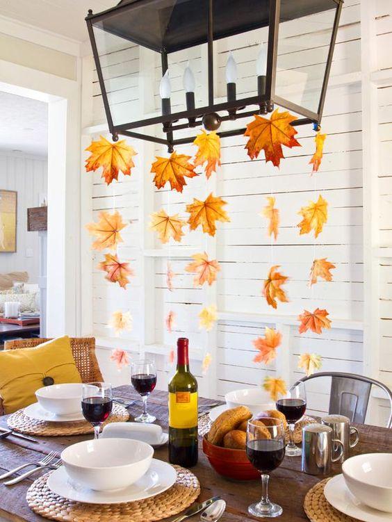 Schöne herbstliche Deko Ideen hängende herbstblätter über tisch