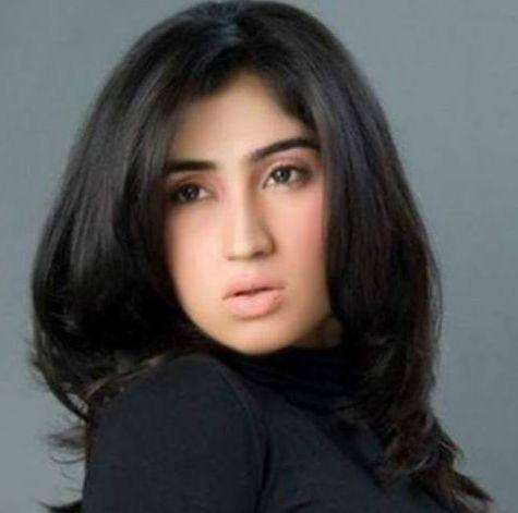 † Qandeel Baloch (26) 15-07-2016 Pakistaanse social media celebrity Qandeel Baloch is vermoord door haar broer in een schijnbare 'eerwraak' in de provincie Punjab, zegt de politie. De politie zegt dat ze werd gewurgd. Gevallen vrouwen worden gedood voor 'onteren' van hun familie zijn gemeengoed in Pakistan. Qandeel Baloch werd een begrip voor het posten van soms ranzige, foto's, video's en commentaren. https://www.facebook.com/Qandeel.Baloch/videos/1746398575638923/: