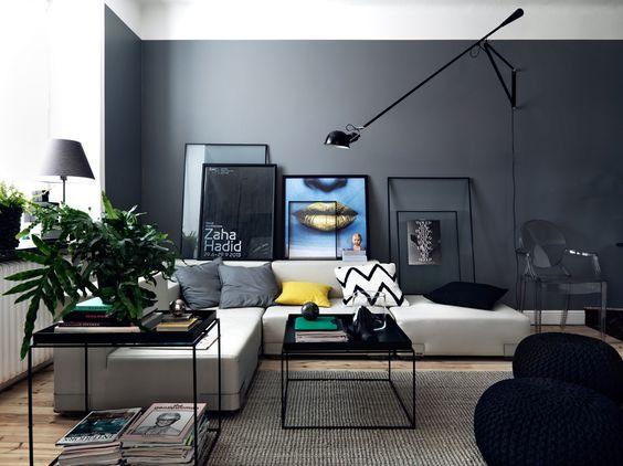 Appartement rénové aux murs gris foncés