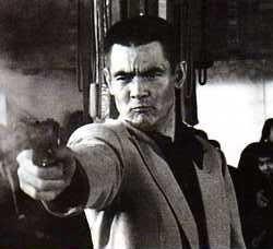 銃をその手に。菅原文太