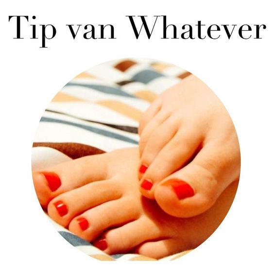 Je voetjes flip-flop proof maken? Kan ook best thuis! Check de tips voor een doe-het-zelf pedicure #NuOpWhatever. #zomer #flipflops #pedicure #summerproof #tipvandedag #tipvanwhatever