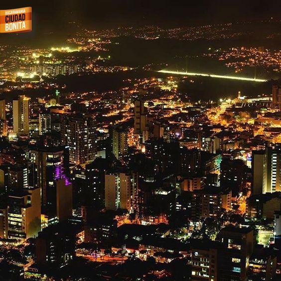 Bucaramanga en las noches es como un sueño lleno de luz y color. Gracias @maurobucaro por la foto #nochesBUC