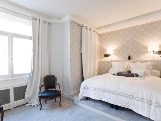 chambre coucher r alis e dans une ambiance romantique papier peint gris clair et motifs. Black Bedroom Furniture Sets. Home Design Ideas