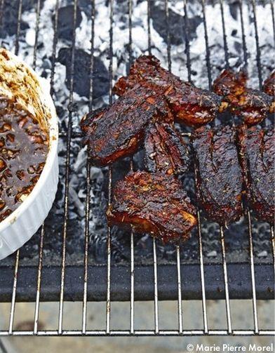 Recette Ribs Far West     : Faites cuire les travers de porc à l'eau bouillante pendant 45 mn à petits bouillons. Epluchez les oignons et l'ail, hachez-le...