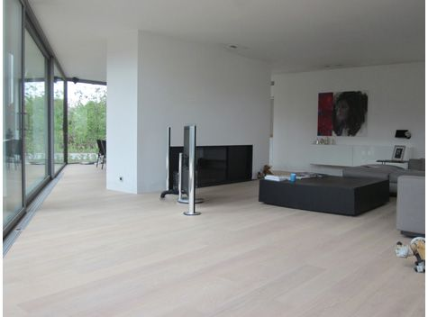 Lichte vloer in combinatie met witte muren en open ramen == awesome ...