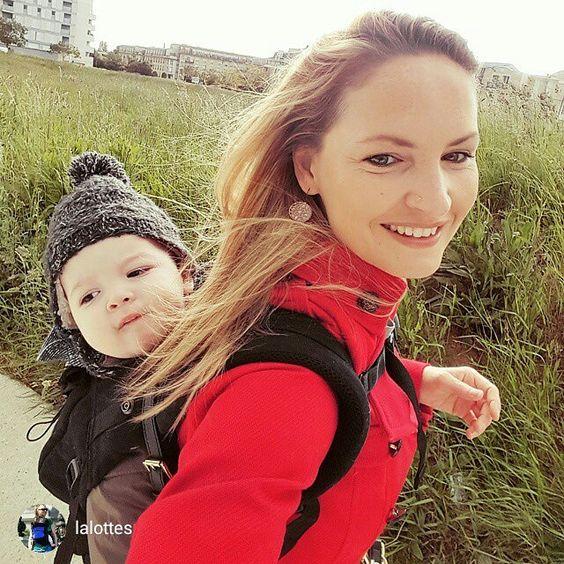 Vite vite vite on amènes les soeurs à l école et hop on dépose bébé chez la nounou .... et on fonce au travail ! #physiocarrier #jeportemonbebe #jpmbb #babywearing #portagephysio  #Portage #portebebe #babycarrier