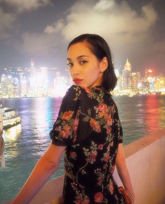 夜景をバックに佇む水原希子のかわいくてかっこいい画像