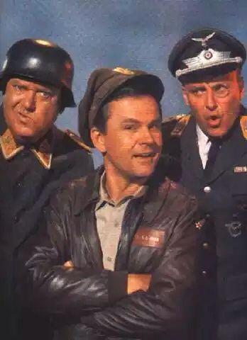 """Durante a II Guerra Mundial, num campo de prisioneiros comandado pelo alemão Coronel Klink, sem que ele desconfiasse, funcionava uma base de operações dos aliados, onde o Coronel Hogan é que dava as cartas. Na foto ainda, o Sargento Schultz, com sua frase: """"Eu não escutar nada, eu não ver nada, eu não saber nada, nadinha."""""""