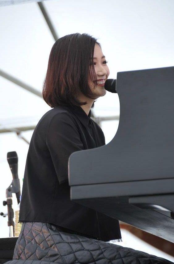 ピアノを弾く大塚愛
