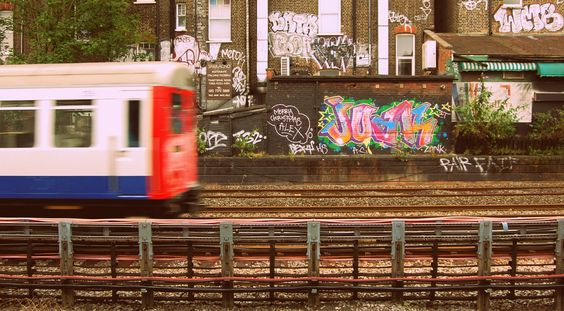 Northbound Met line train passes through West Hampstead tube station (via @_riseabove)