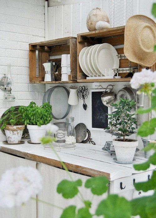 Etagères de cuisine avec des caisses en bois - Marie Claire Maison