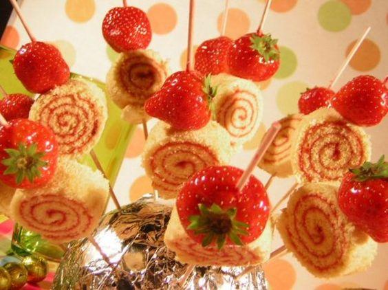 Ein Snack mit roter Konfitüre und Erdbeeren für die Party