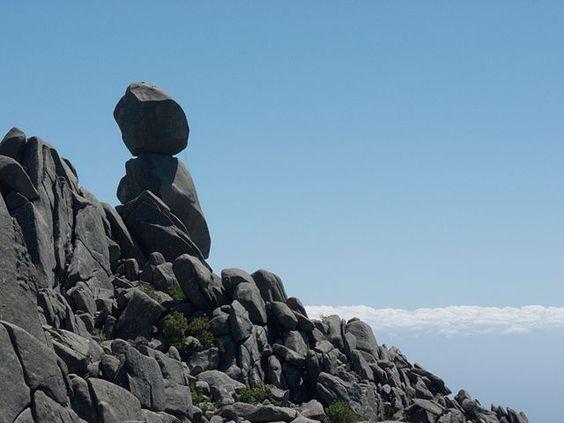 """Région de Sartè (Sartène) - Cet empilement de blocs de granite, culminant à 1217 m dans la montagne de Cagna (Corse-du-Sud), ressemble à une silhouette humaine, d'où son nom d'Uomo di Cagna (""""Omu di Cagna"""" en langue corse, """"Homme de Cagne"""" en français)."""