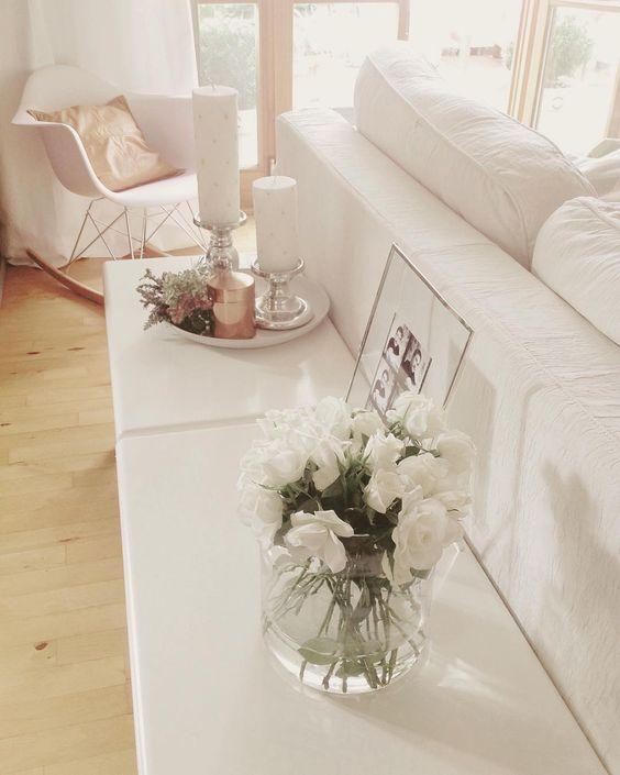 Blütenweiß   #weißesInterior #Interior #eames #Rockerchair #lederkissen #Einrichtung #weißeRosen #Rosen #Blumen #flowers #whiteRoses #roses #decoration #deco #whiteinterior #skandinavianstyle #dasRaumgefuehl_NicoleLautner