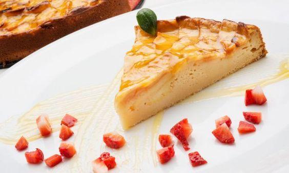 Receta de Eva Arguiñano de la tradicional tarta de manzana elaborada en el horno, un postre delicioso muy fácil de preparar. Más info: http://www.hogarutil.com/cocina/recetas/postres/#ixzz2tWXm9QdQ