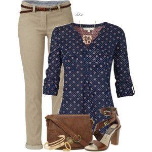 Pantalón camel, blusa azul marino a lunares y sandalias altas.