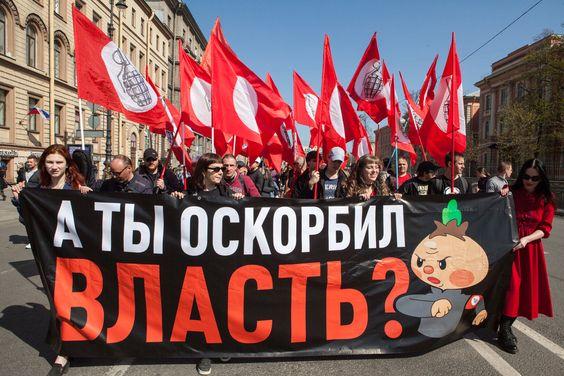 «А ты оскорбил власть?» В Петербурге согласованное первомайское шествие закончилось массовыми задержаниями оппозиционеров. Фотографии