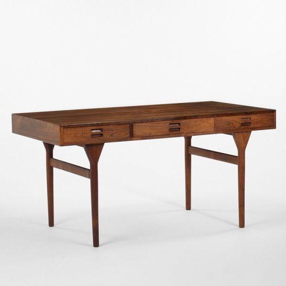 Fritstående skrivebord i palisander med tre skuffer på forside ...