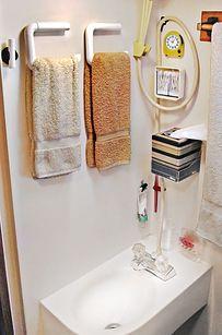 Um porta-papel higiênico apartamento faz um toalheiro de economia de espaço. | 44 Cheap And Easy Ways To Organize Your RV/Camper