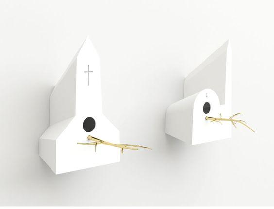 Holy Homes | keramieken vogelhuisjes met een verguld takje uit geblazen glas, ontworpen door Frederik Roijé