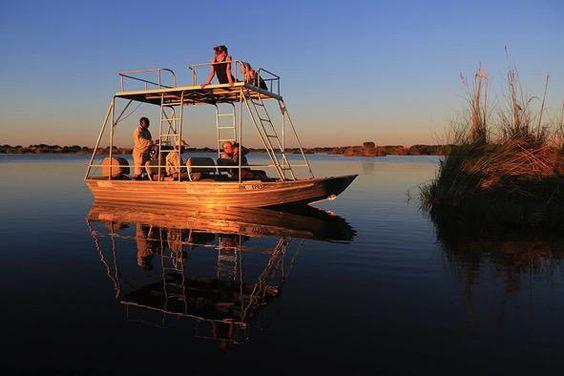 Wo die Wassermassen aus dem angolanischen Hochland auf die Kalahariwüste treffen, liegt ein Safari-Paradies der Superlative: das Okavango-Delta. Die Fotosafari von DIAMIR Erlebnisreisen führt Safari-Fans mitten hinein in eine der schönsten Safari-Regionen der Welt. Und: Im Little Kwara Camp können Reisegäste eine wunderbare Sundowner-Bootsfahrt auf den Flussarmen des Okavango erleben.