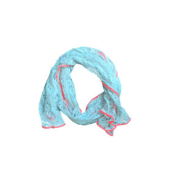 Met deze Lacy Boho sjaal weet je zeker dat je een perfecte eyecatcher draagt. Deze prachtige lange mintkleurige sjaal is gemaakt van een kanten patroon waar bloemetjes in zitten verwerkt. De randen zijn afgewerkt met een neon roze rand dat mooi afsteekt tegen de mint kleur. De stof is dun dus zeer geschikt om te dragen bij een zomerse outfit.