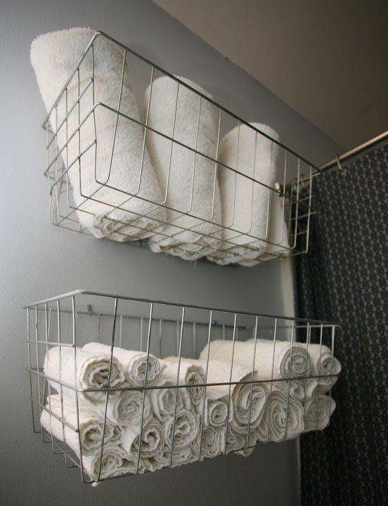 Tem pouco espaço no banheiro? Cestos organizadores presos na parede são ótimos para guardar as toalhas. #decoração #organização #banheiro #diy #madeiramadeira: