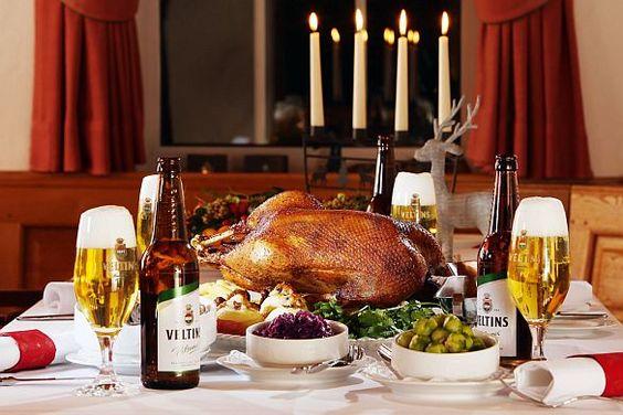 Knuspriges Geflügel.Die Weihnachtsgans zählt zu den Klassikern an den Feiertagen. So lecker kann sich ein Gänsebraten an den Weihnachtsfeiertagen präsentieren. Foto: djd/Brauerei C. & A. Veltins