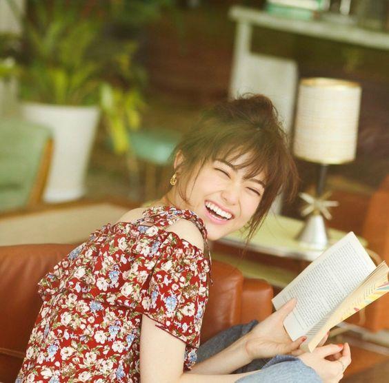 本を読む松村沙友理