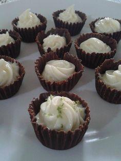 Aprenda a fazer lindas forminhas de chocolate para colocar os doces de sua festa infantil ou de adulto