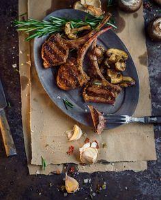 Vom Grill oder aus der Pfanne, diese Lammkoteletts in Knoblauch-Marinade sind definitiv ein Low-Carb-Hit!