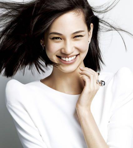 風で髪がなびく笑顔の水原希子のかわいくてかっこいい画像