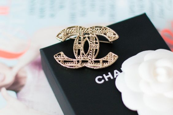 Over the past few months and weeks, I repeatedly spotted a Chanel brooch on Caro and Anni's Instagram feeds. Everytime I saw it, I fell in love a bit more.