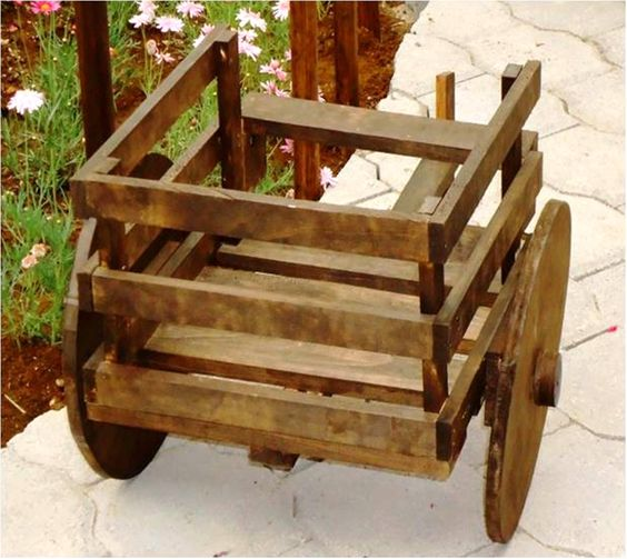 Carreta de madera porta maceta ideal para el jard n o en for Adornos de madera para jardin