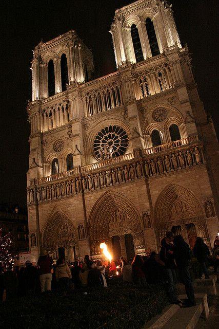 Le Baiser, le Cracheur de feu et Notre-Dame, Paris, France Photo Thomas Grascoeur