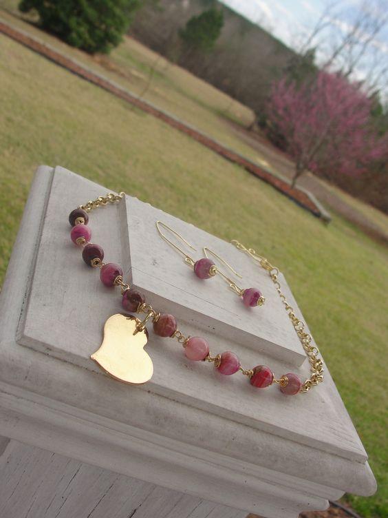Handmade set necklace and earrings with wire and glass beads.  $ 24.99 Juego de collar y zarcillos hecho a mano con alambres y cuentas de cristal