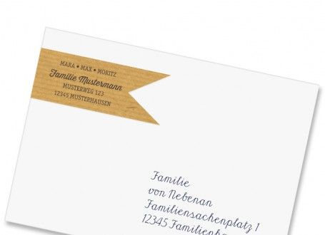 Verschönern Sie Ihre Familienpost mit diesen kreativen Adressfähnchen in Packpapieroptik. Garantiert ein echter Hingucker!   Diese selbstklebenden Adress-Fähnchen werden über Vorder- und Rückseite des Umschlags geklebt. So können Sie auf der Vorderseite Ihre Absenderadresse angeben und die Rückseite zur Verzierung des Umschlags nutzen.  Die Adress-Fähnchen werden immer Bogenweise gedruckt und können aus diesem Grund nur in Mengen bestellt werden, die durch acht teilbar sind.