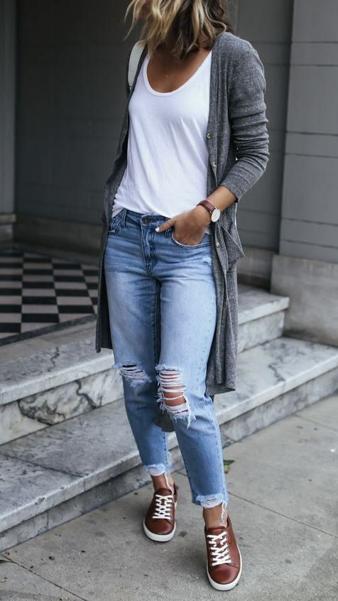 comfy outfit idea with a pair of ripped jeans | Stylish