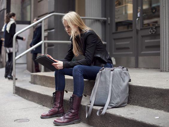 jaqueta couro preta, jeans e botas uva via: street-style-ista.tumblr.com/post/25992563933#