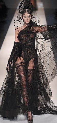 ❤ Christian Lacroix -  fue el diseñador de este vestido que utilizo referencias del romanticismo.