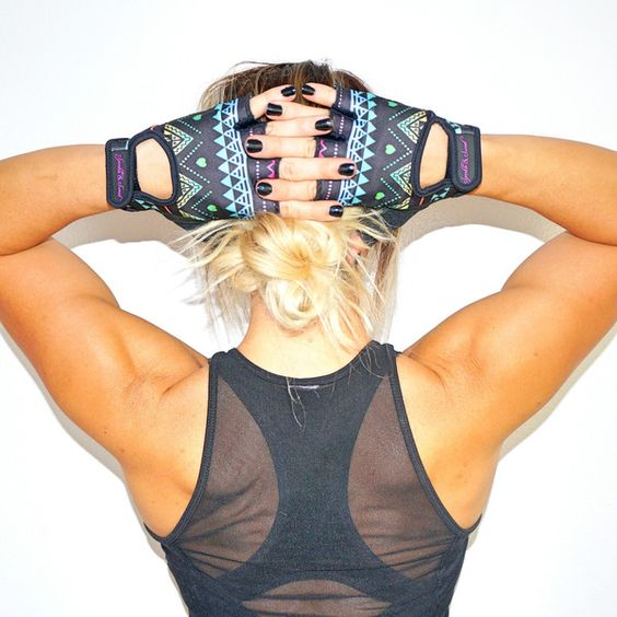 Protect your hands with these cute gloves from the @sparkleandsweat! #fitness #fashion