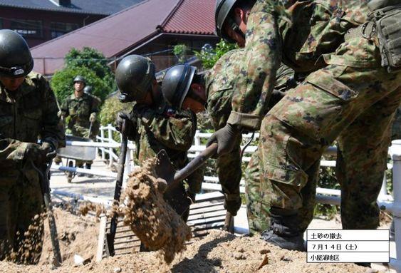 土砂を撤去する隊員