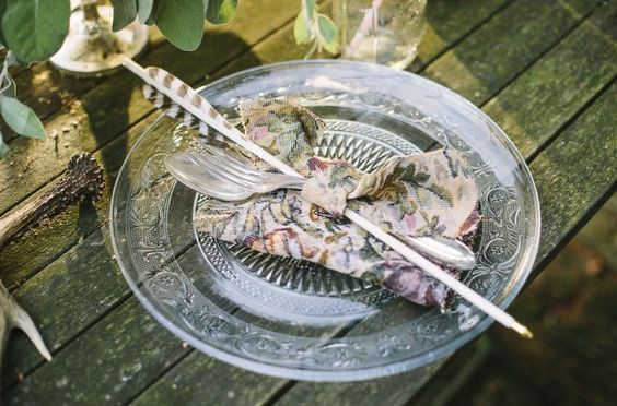 Tischdekoration für eine rustikale Hochzeit mit Jagd Thema, Geweihe und Pfeile  (www.noni-mode.de - Foto: Le Hai Linh)