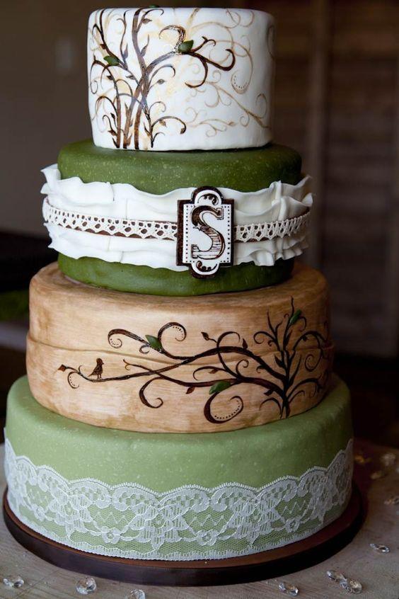gâteau de mariage en vert et marron avec dessins d'oiseaux et arbres