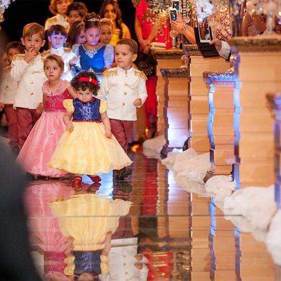 Adoramos também a ideia de ver os pajens como príncipes e princesas da Disney.