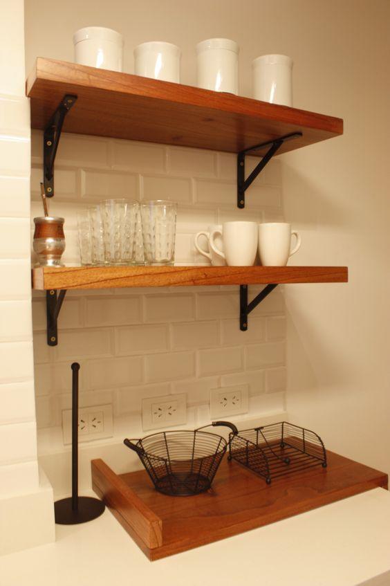 Detalle en madera para estantes con m nsulas de hierro - Estantes de madera para pared ...
